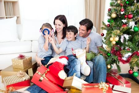 Gl�ckliche Familie Spa� mit Weihnachtsgeschenken Lizenzfreie Bilder