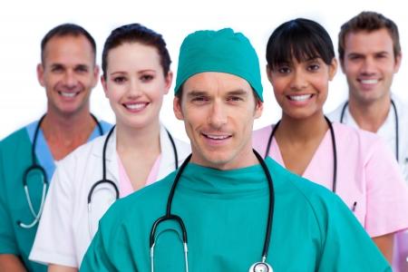 cirujano: Guapo cirujano y su equipo m�dico Foto de archivo