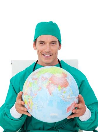 terrestre: Medico fiducioso con globo terrestre