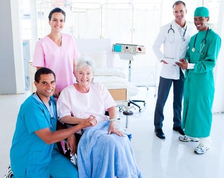 przodek: Uprzejmy personel medyczny opiekÄ™ starszego kobiety Zdjęcie Seryjne