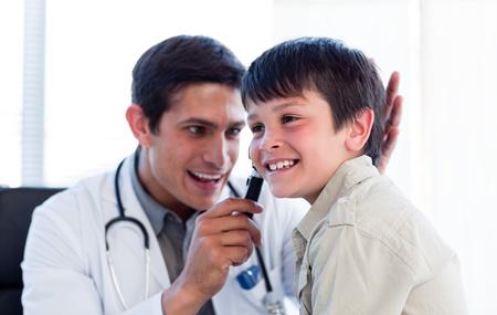 especialistas: Doctor sonriente examinar o�dos del ni�o