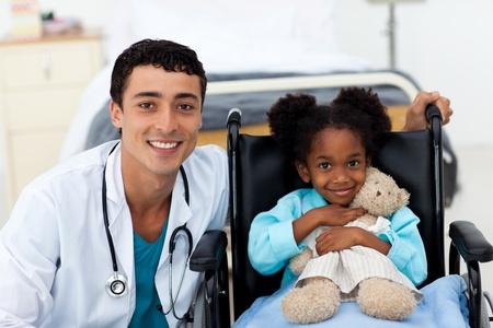krankes kind: Arzt helfen, ein krankes Kind