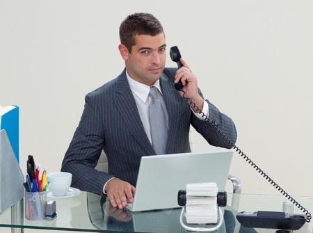 Imprenditore serio telefono nel suo ufficio