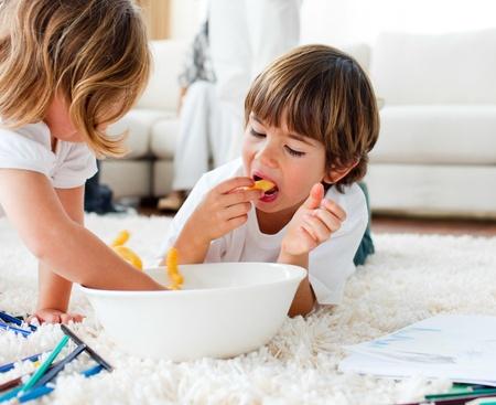 ni�os comiendo: Ni�os lindos comer fritas y dibujo  Foto de archivo