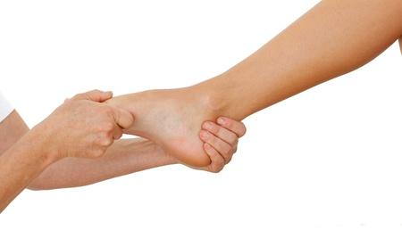 massage pied: Gros plan d'une femme ayant un massage des pieds Banque d'images