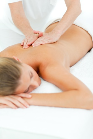 masajes relajacion: Mujer feliz disfrutando de un masaje Foto de archivo