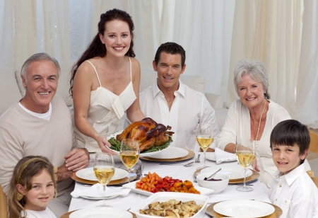 familia comiendo: Familia comiendo Turquía en una cena Foto de archivo