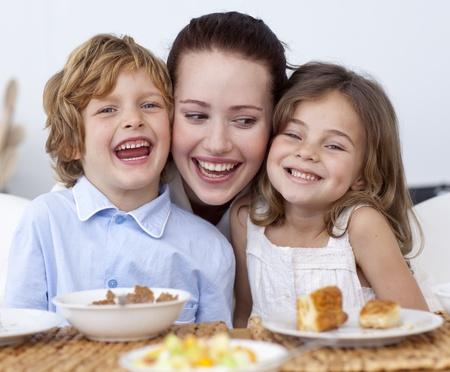 familia comiendo: Niños desayunando con su madre