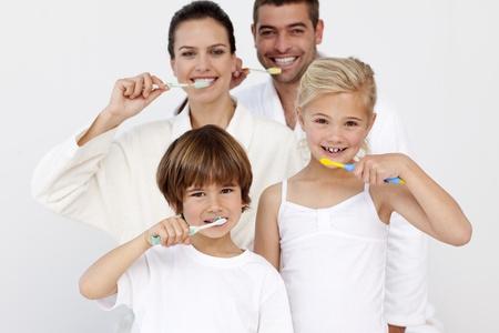 zuby: Portrét šťastná rodina čištění zubů v koupelně