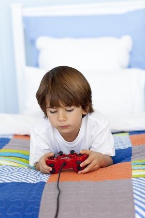 playing video games: Muchacho que juega a los videojuegos en su habitaci�n