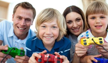 ni�os jugando videojuegos: Feliz familia jugando Video Juegos