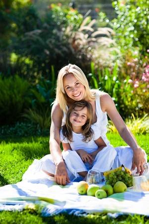 pique nique en famille: M�re et fille ayant un pique-nique Banque d'images