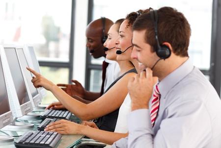 Attraktiv affärsman som arbetar på ett callcenter