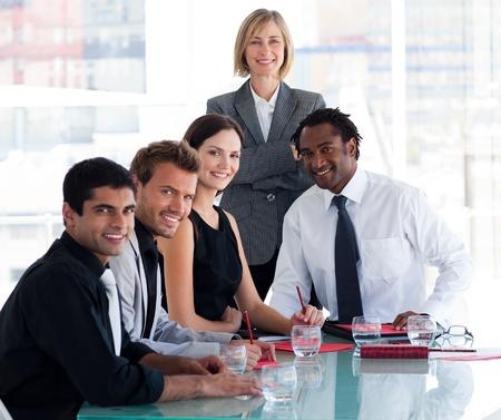 Business-Team l�chelnd in die Kamera im Amt