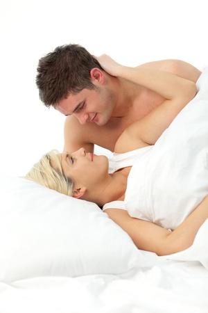 couple amoureux: Couple affectueux relaxant sur lit
