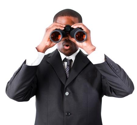 constat: Gros plan d'un jeune homme d'affaires avec des jumelles Banque d'images