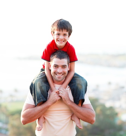 otec: Otec dává synovi zádech jízdu Reklamní fotografie