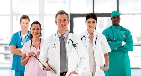grupo de doctores: Equipo m�dico sonriente mirando la c�mara