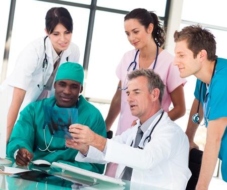 estudiantes medicina: Equipo m�dico discutiendo en una Oficina  Foto de archivo