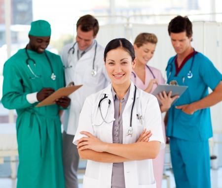 equipe medica: Attraente donna medico con il suo team