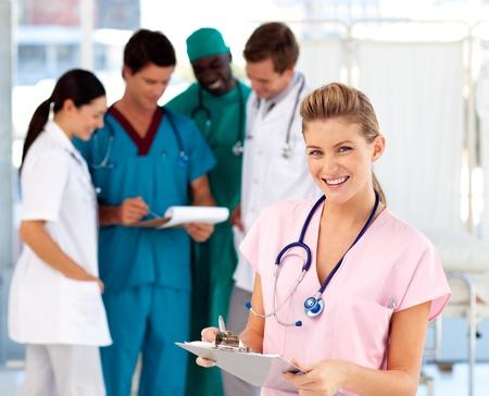 personal medico: Enfermera rubia con su equipo en el fondo
