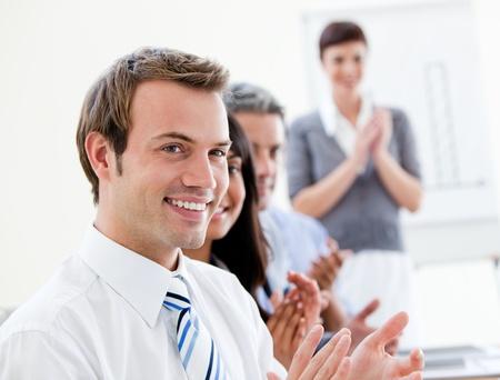 negocios internacionales: Sonriendo applausing de gente de negocios una buena presentaci�n