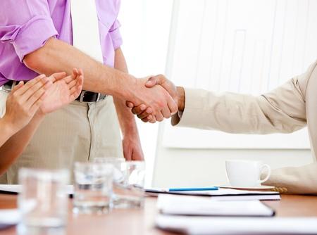 closing business: Primer plano de dos socios de negocios cerrando un trato