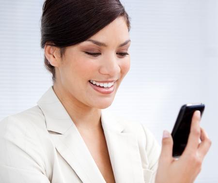 answering phone: Empresaria encantador usando un tel�fono m�vil