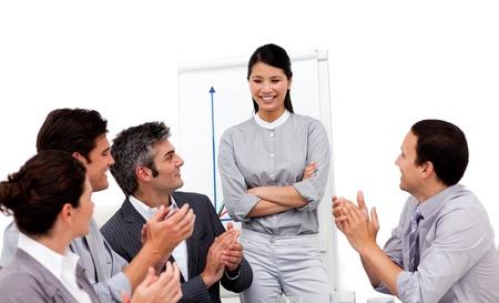 aplaudiendo: Retrato de un equipo de negocios multi�tnica sentados juntos