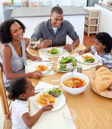 familia cenando: Familia feliz cenar juntos Foto de archivo
