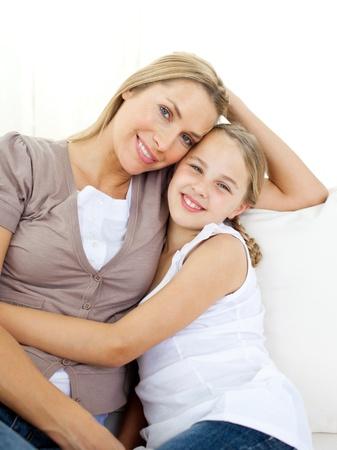 mother with daughter: Retrato de una madre atenta y su hija