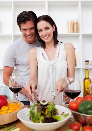 familia comiendo: Retrato de una pareja feliz cocina