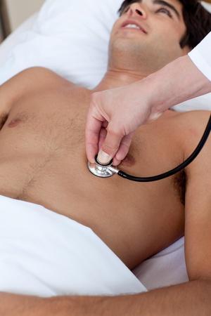 examenes de laboratorio: Un m�dico comprobar el pulso de un paciente