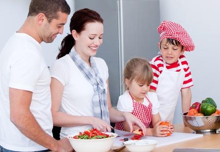 familia animada: Retrato de una familia adorable preparar una comida