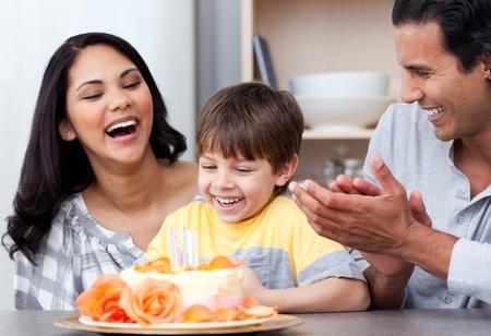 familia animada: Riendo familia celebrando un cumpleaños juntos