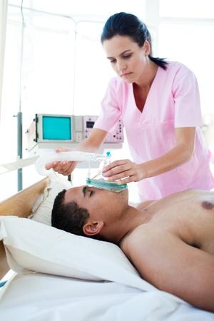 zuurstof: Mannelijke patiënt ontvangende zuurstof masker Stockfoto