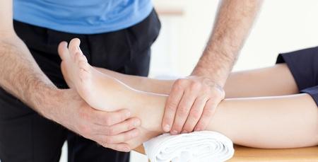 physical exam: Giovane donna con un bel massaggio ai piedi Archivio Fotografico