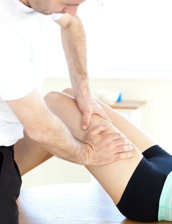massage jambe: Jeune femme recevant un massage des jambes Banque d'images