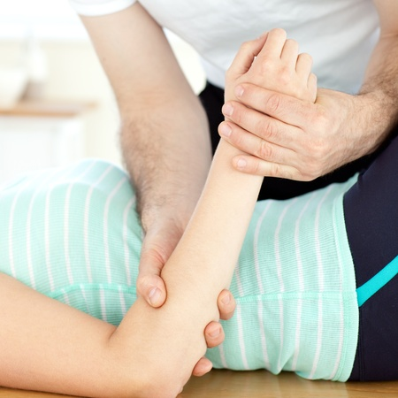 sportmassage: Close-up van een vrouw een massage ontvangen