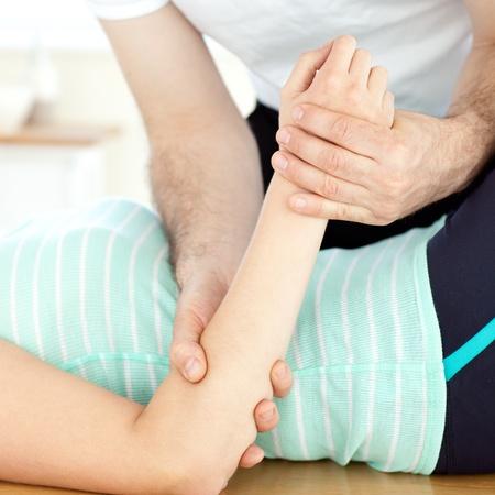 fisioterapia: Primer plano de una mujer recibe un masaje Foto de archivo