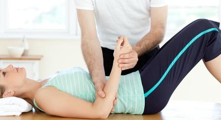 physical exam: Attraente giovane donna riceve un massaggio