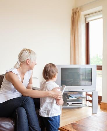 programm: Famiglia che guarda al televisore