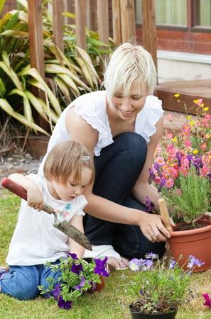 familia en jardin: Encantado de madre con su hija fuera