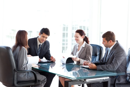 reuniones empresariales: Cuatro hombres de negocios durante una reuni�n Foto de archivo