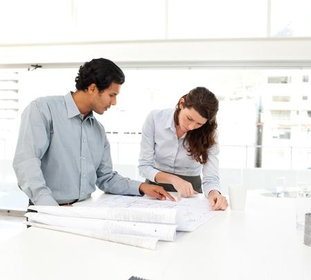 dos personas hablando: Dos empresarios mirando un nuevo proyecto