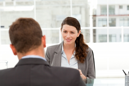 gespr�ch: Attraktive weibliche Manager w�hrend eines Interviews mit einem Gesch�ftsmann
