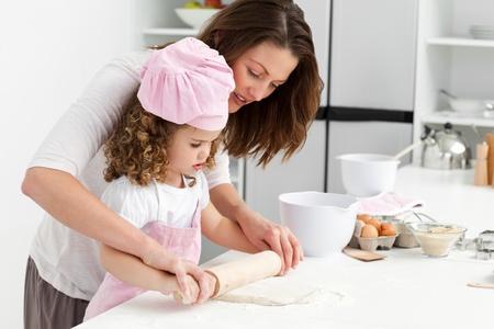 mere cuisine: M�re et fille en utilisant un rouleau � p�tisserie ensemble