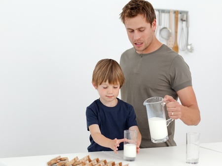 casein: Hombre guapo de dar leche a su hijo