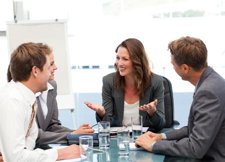 empleados trabajando: Empresaria atractiva riendo con su equipo