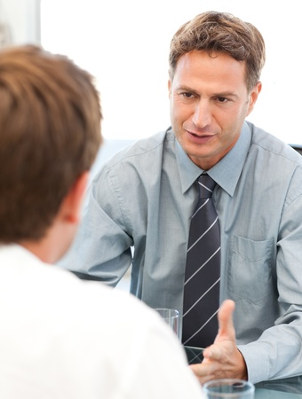 Charismatische Manager w�hrend einer Sitzung mit einem Mitarbeiter Stockfoto